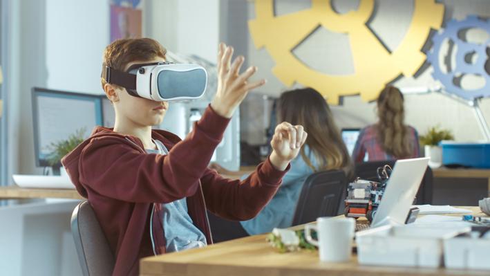 jongen met virtual reality bril