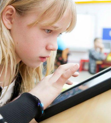 meisje leest op een tablet